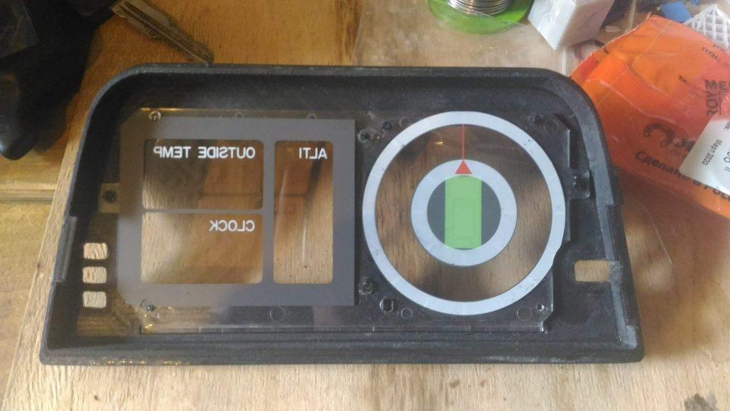 Установка стекла кренометра с разметкой приборов на панель